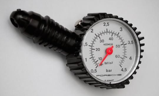 Umflarea peste limită a pneurilor duce la un consum mai redus?